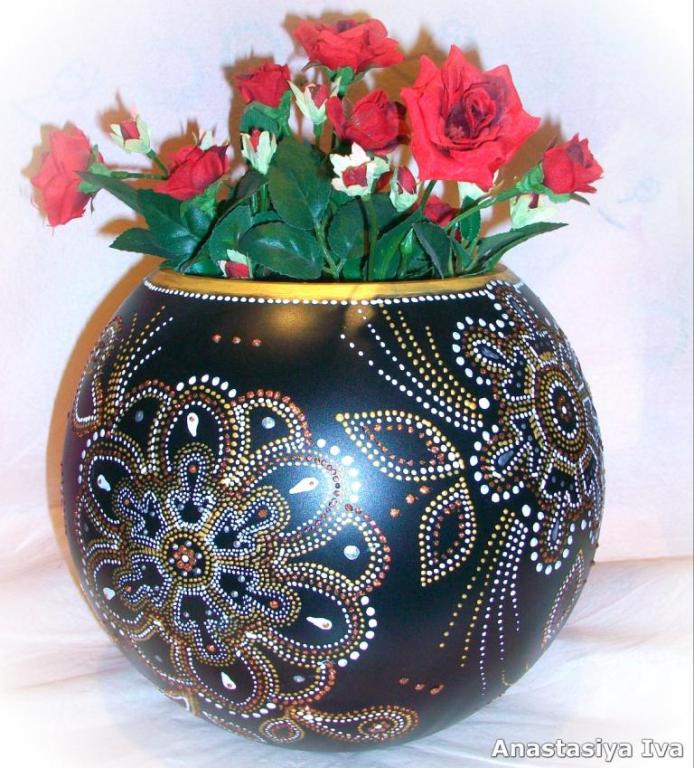 Роспись стеклянной вазы точечной росписью